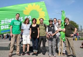 Viele Grüne bei der Mahnwache in Neckarwestheim